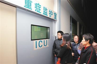 受伤学生亲属在ICU门口焦急等待。□新华社发