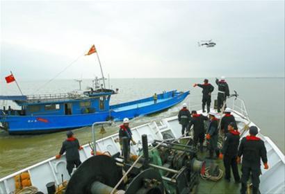 警方出动警务直升飞机打击非法捕捞刀鱼(图)