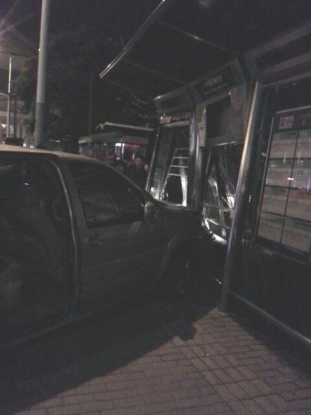 商务车冲入公交站台。网友图