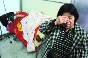 昨日,爷爷躺在病床上,奶奶在为逝去的孙子流泪。早报记者 高剑平 图