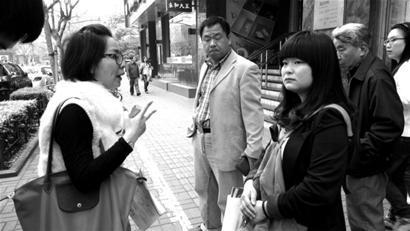 崔小姐(左)约了自称广发银行员工的男子见面,却等来平安银行的女销售员胡某(右)。