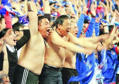 昨晚,申花凭借徐亮和莫雷诺在下半场的2粒进球战胜上港队,看台上申花球迷兴奋不已。