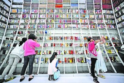 □除了买书、阅读之外,不少读者还争相在书店里留影。 晨报记者 陈征
