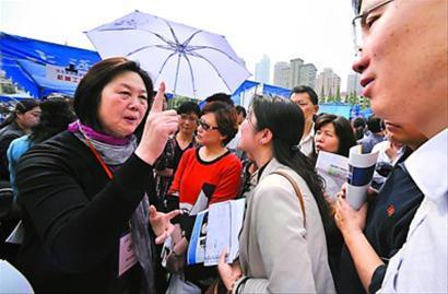 4月29日,交通大学举办的高考志愿咨询会引来众多家长。 陈征 摄