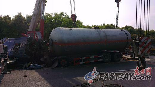 昨天,一辆槽罐车在上海外环发生事故,造成一人死亡。 图片来源:东方网
