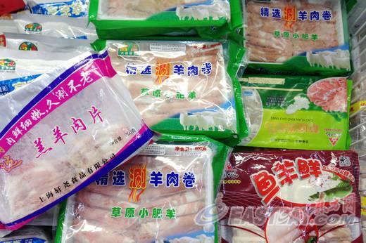 记者来到居民区周边一家大型超市看到,速冻冷柜中摆放有各种品牌的火锅涮羊肉卷