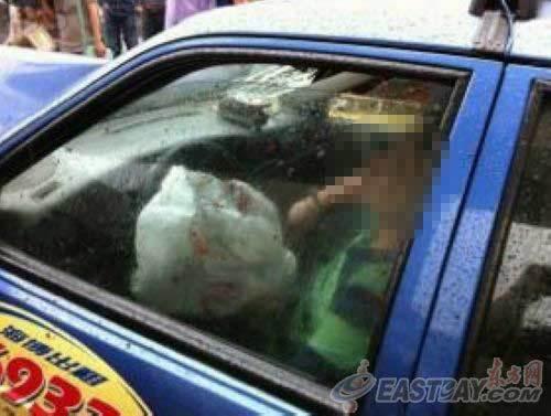 抢劫出租车的嫌疑人在撞车后被卡在车内。 image
