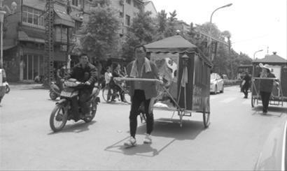 特殊车队一路吸引到众多路人的目光与赞誉 晨报记者 谢磊
