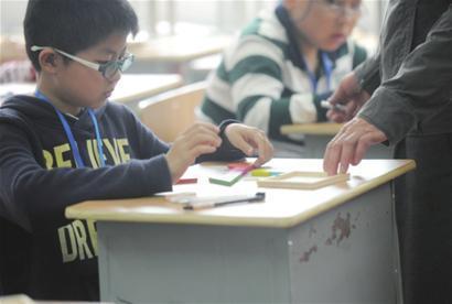 一位参加小升初面试的学生在做七色板游戏测试 □新闻晚报 何雯亚 摄