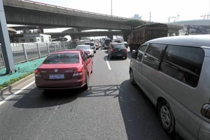 金桥立交施工区域附近的马路今晨出现拥堵 晚报记者 龚星 现场图片