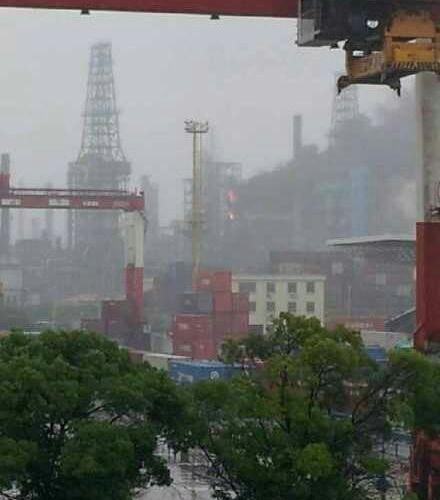网友曝料高桥一炼油厂发生火灾。