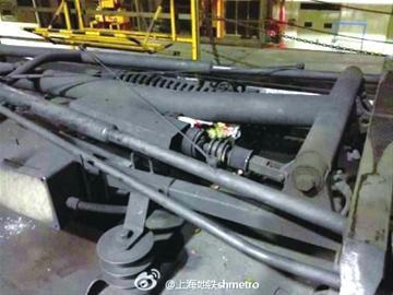 画圈处为导致3号线紧急停车的垃圾(图片均来自上海地铁官方微博)