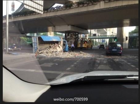 垃圾清运车清晨作业遭遇车祸 随车工人伤重身亡