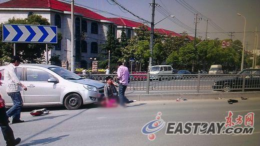上海市宝山区发生一起轿车撞击电瓶车事故,骑车男子不幸死亡