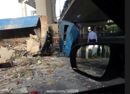 垃圾清运车侧翻倒地,车头严重变形,随车一名工人不幸身亡。来源:新浪微博