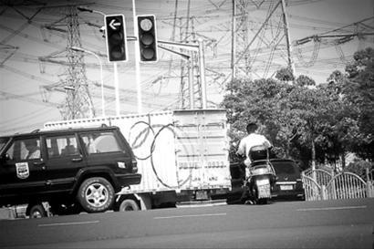 昨日,在沪南路、华夏西路路口,记者看见有骑车者贪图方便冒险闯红灯。/晨报记者 肖允
