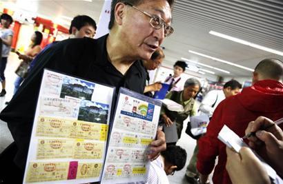 幸运读者钮华民展示自己收藏的各色地铁车票幸运读者乘坐101号列车