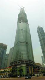 上海中心建设高度向上攀升。 本报记者 张海峰 摄