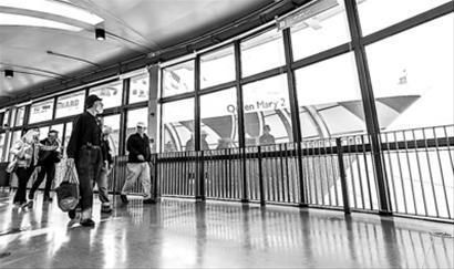 越来越多的游客乘邮轮来上海/晨报记者 肖允