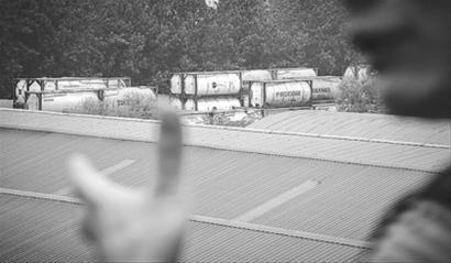 泰和路附近一工厂内清洗槽罐刺鼻味扰民/晨报记者 肖允