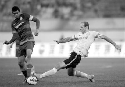 □上海申花队球员莫雷诺(左)与贵州人和队球员穆斯利在比赛中拼抢 /新华社