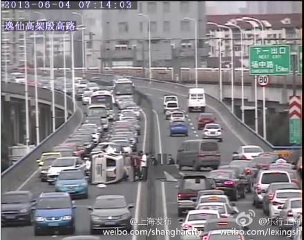 事故导致逸仙路高架双向车辆通行受到不同程度影响。来源:新浪微博
