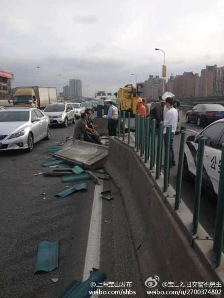 今晨逸仙路高架殷高西路下匝道处发生一起事故。来源:新浪微博