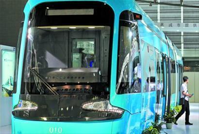这是一款低地板有轨电车,车厢地板基本与地面持平,十分方便老年乘客上下车。 竺钢 摄