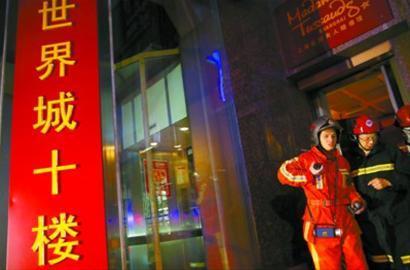 新世界广场观光电梯停运,一些顾客被困,消防官兵赶赴现场解救。 本报实习生 雍凯 摄