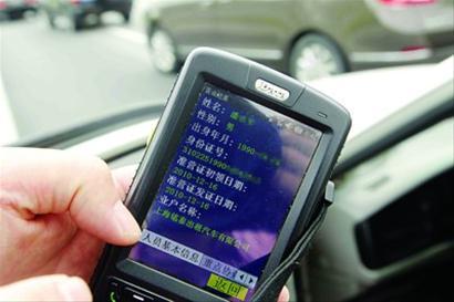 当小何将出租车服务卡输入随身携带的PDA手持出租车信息仪时,发现出租服务卡信息是蓝色联盟公司的,而出租车是锦江公司的。司机一看情形不对想驾车逃跑,小何果断上前伸手拔掉车钥匙,并通知交警。