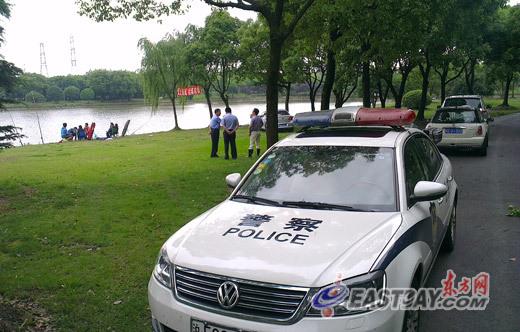 警方在事发鱼塘附近展开调查。