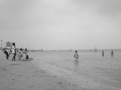 昨天下午,有少数游客下海试泳。/晨报记者 关健