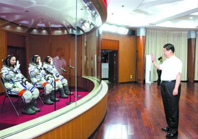 习近平向即将出征的航天员聂海胜、张晓光、王亚平挥手致意。 新华社记者 李学仁 摄