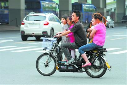 漕溪路一辆助动车坐了两位大人三名小孩(图)
