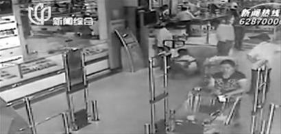 66岁老人推着购物车准备下电梯