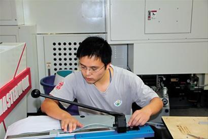 安宇亮在操作台前。 资料照片