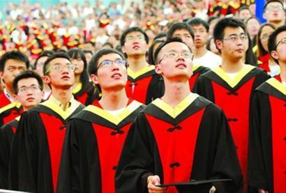 昨天,在上海交通大学闵行校区,毕业生在毕业典礼上参加升旗仪式。 新华社发