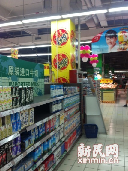 图说:原本摆放进口牛奶的货架上已经空了。新民网记者胡彦珣 现场回传