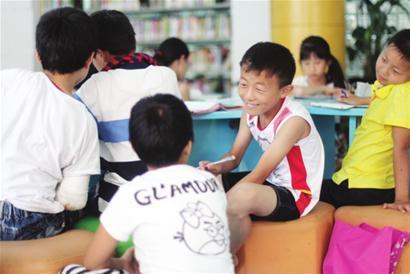 孩子们在图书馆里看书、做作业,轻轻松松泡上一天。 □解放日报 蒋迪雯 摄