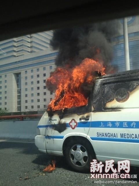 今天上午10时许,一辆120救护车在延安路高架上自燃,所幸无人员伤亡。来源:新浪微博