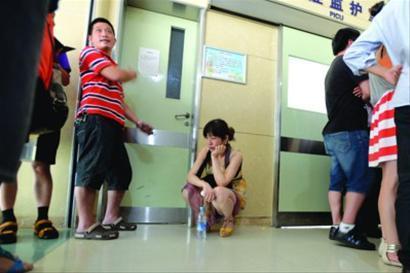 昨天,一名12岁少年从6楼坠落,被送往儿科医院救治。伤者的父母在重症监护室外等待。/晨报记者 肖允