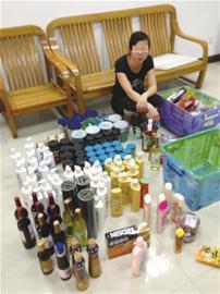 陆某夫妻从超市偷得的日用品(闵行公安供图)