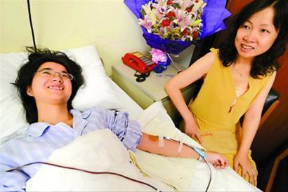 昨天,妈妈全程陪伴董骁燚捐献造血干细胞,母女常常相视而笑。本报记者 徐瑞哲 摄