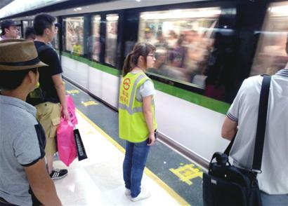 2号线南京东路站原有固定护栏已经拆除 □本报记者 朱晓立 摄