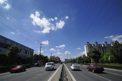 连日晴好,申城天空频现蓝天白云。 □新闻晚报 龚 星 摄