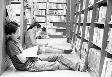 在浦东某商场的书店里,读者一边看书,一边享受凉风。袁婧摄