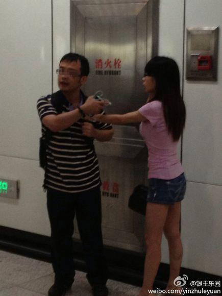 两名乘客当日在地铁内发生争执