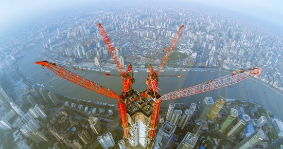 2013年7月31日,从空中俯瞰正在施工中的上海中心大厦。东方早报第1现场 @我是鹰熊 图