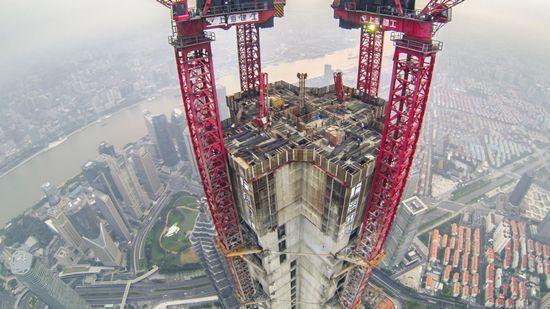 上海中心大厦南侧。 东方早报第1现场 @我是鹰熊 图