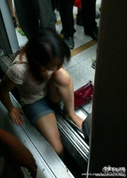 女乘客小腿被卡站台